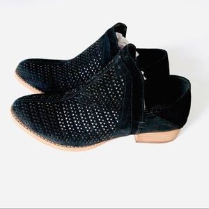 ♥️ NEW! VINCE CAMUTO LUX BLACK PERFORATED SUEDE